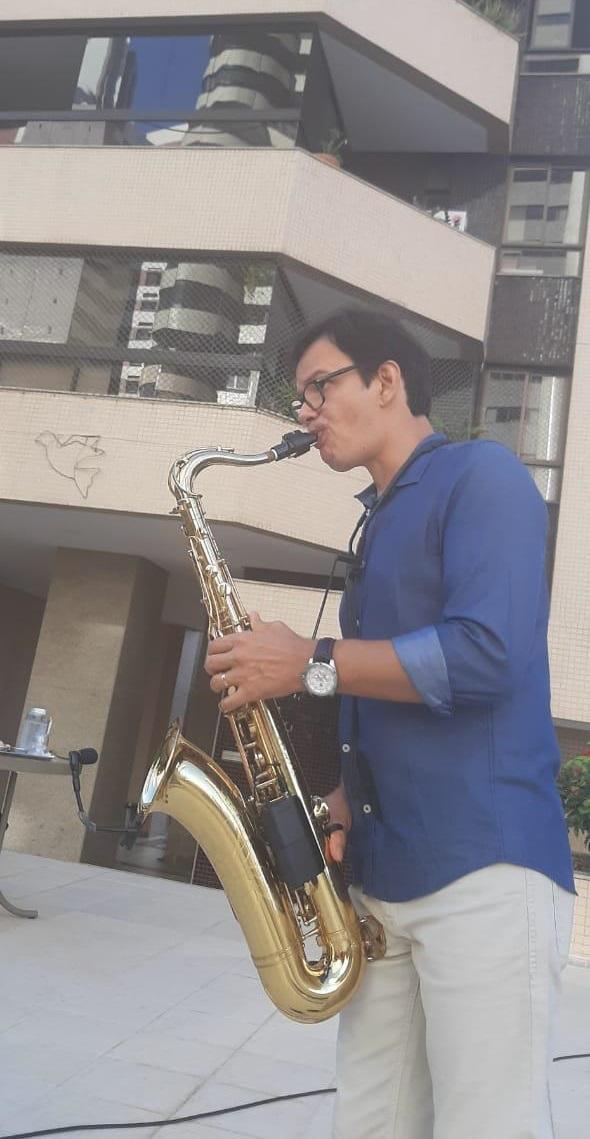 Moradores de edifício no Horto Florestal ganham apresentação de jazz para minimizar o Natal do isolamento