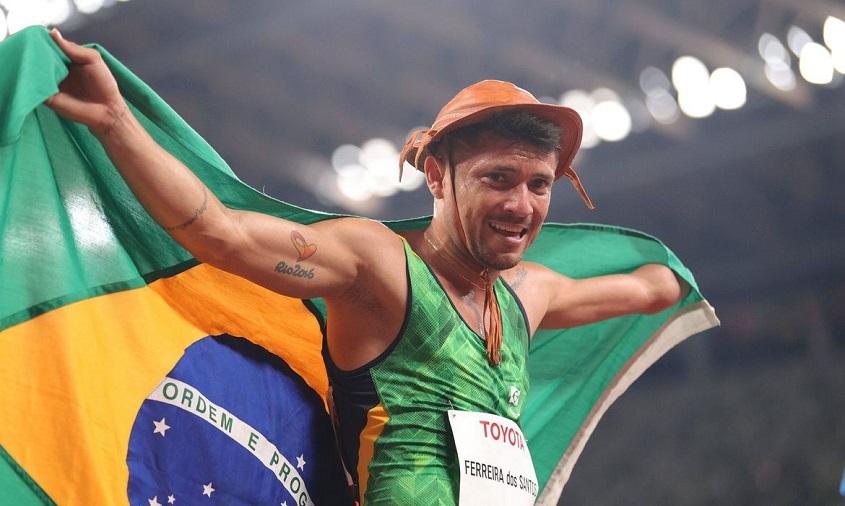 Petrúcio Ferreira é bicampeão nos 100m e quebra recorde nas Olimpíadas de Tóquio