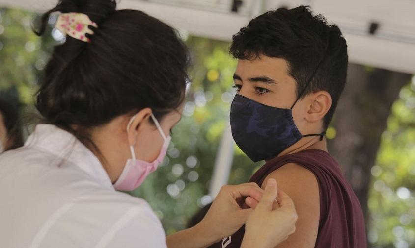 Ministério da Saúde volta a recomendar vacinação de adolescentes contra covid-19